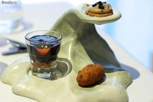 Aperitivo de paté con nuez y aceitunas, vaso de chipirones encebollado con mermelada y una croqueta de buey