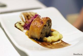 Cordero en su salsa con pincelada de ajo negro patata y guarnición de col y lombarda
