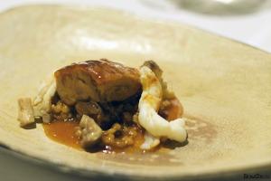 Pollo de corral con salsa de cerveza artesanal con cola de cigalas y setas perretxico